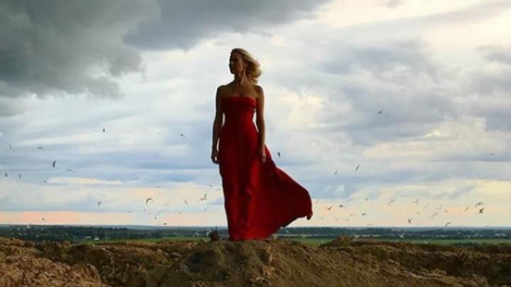 Главное, чтобы чайки платье не испортили: нарядная Елена Летучая приехала на «Скоково»
