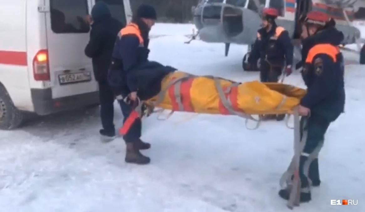 Так спасатели доставляли выжившую девушку Лену