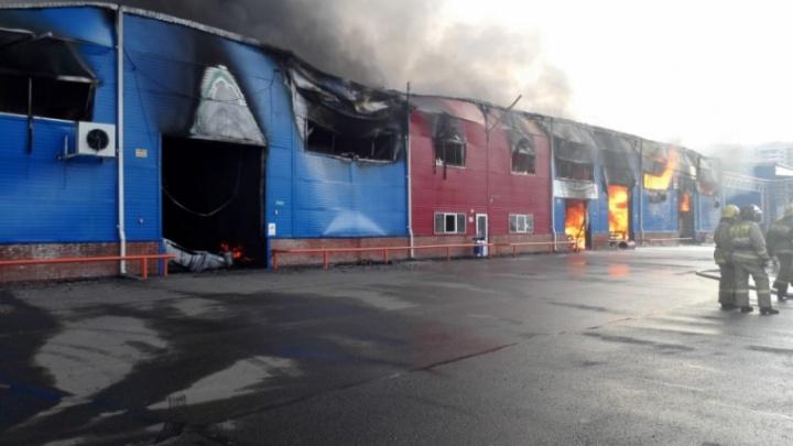 Пожарные продолжают проливать сэндвич-панели на сгоревшем рынке