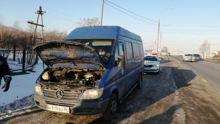 На трассе из аэропорта остановили авто, забитое в несколько ярусов пассажирами