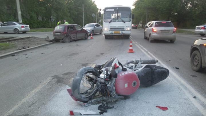 На Вторчермете мотоциклист влетел в не пропустивший его Daewoo Matiz и попал в больницу с переломами