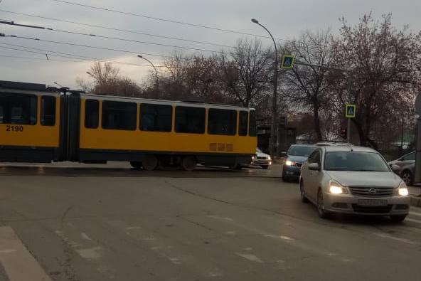 Трамвай почти полностью перекрыл дорогу
