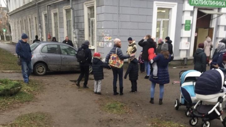 На улице Лебедева в Перми машина врезалась в здание детской поликлиники и сбила маленького ребенка