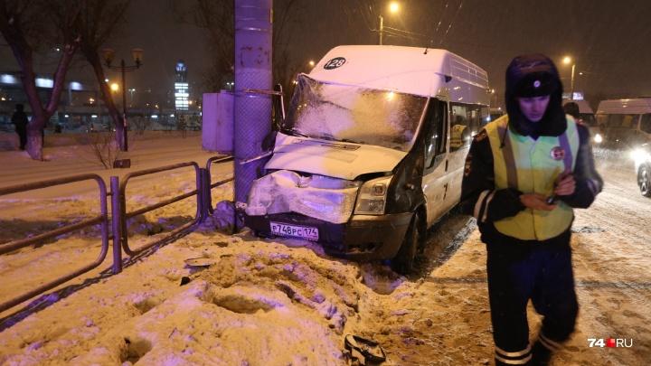 В горздраве Челябинска рассказали о состоянии пассажиров маршрутки, которая врезалась в столб
