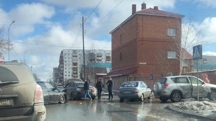 В массовом ДТП на Молодежной пострадали водитель «Лады» и маленькая пассажирка Toyota
