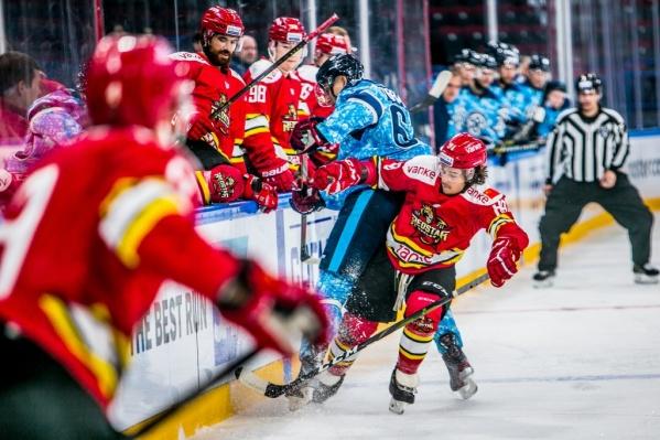 Хоккеистыпекинской команды на одной из игр в Новосибирске