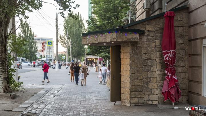 Разрешили не сносить: караоке-клубу узаконят пристройку к памятнику архитектуры на Аллее Героев