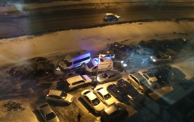 В Уфе внедорожник заблокировал проезд машины скорой помощи