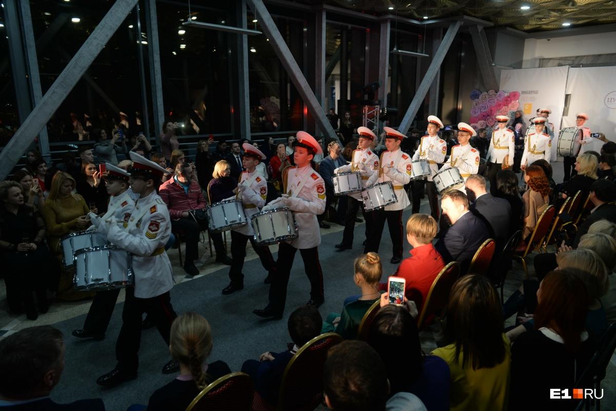 Перед публикой выступили учащиеся суворовского училища