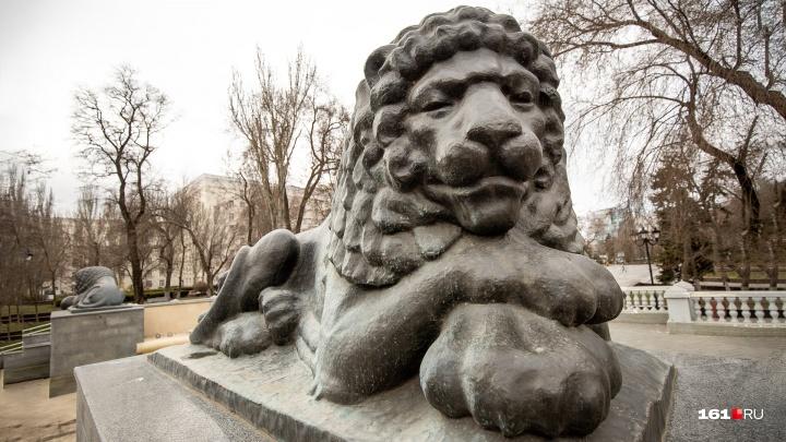 Раскрасили «львов»: в центре Ростова вандалы вновь изуродовали скульптурный комплекс