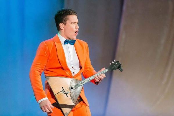 Пермяк Андрей Киряков исполняет попурри с темами из кинофильмов Квентина Тарантино, номер в стиле латино Besame Muhco, «Шизгара» группы Shocking Blue