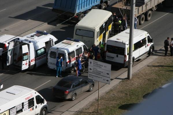 Двое пассажиров маршрутки покалечили ноги, водитель зажатой между КАМАЗом и маршруткой «Нивы» немного повредил руки