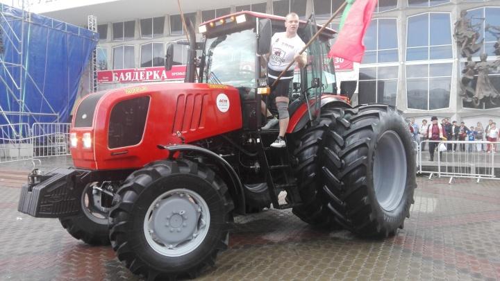 Пара силачей под рёв толпы утянула трактор и установила в Красноярске мировой рекорд