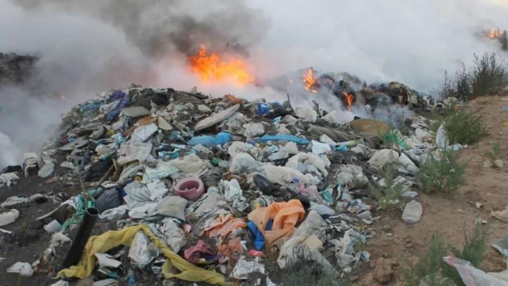 В Любино уже месяц горит мусорная свалка