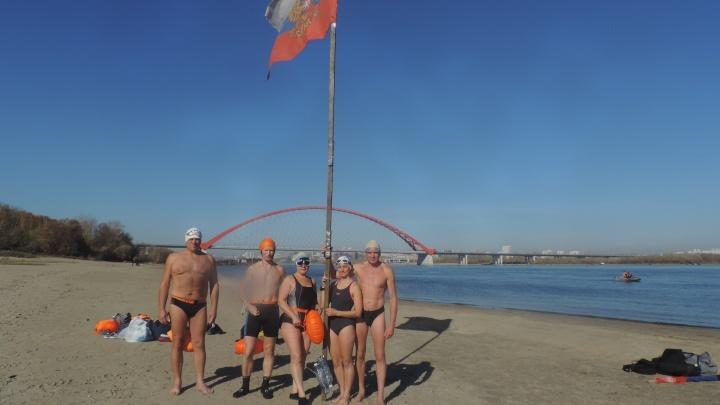 Новосибирцы и барнаульцы переплыли холодную Обь под Бугринским мостом
