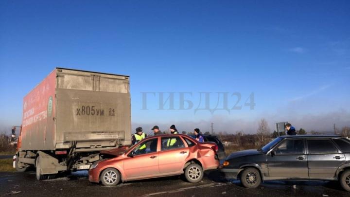 Шесть машин разбились на трассе из-за тумана утром