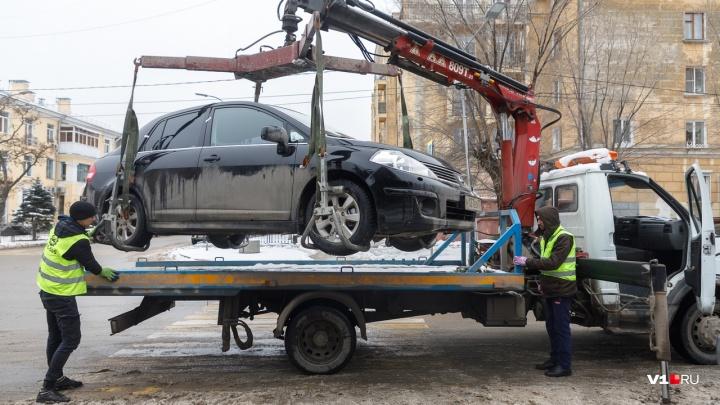 Центр Волгограда расчищают от неправильно припаркованных автомобилей