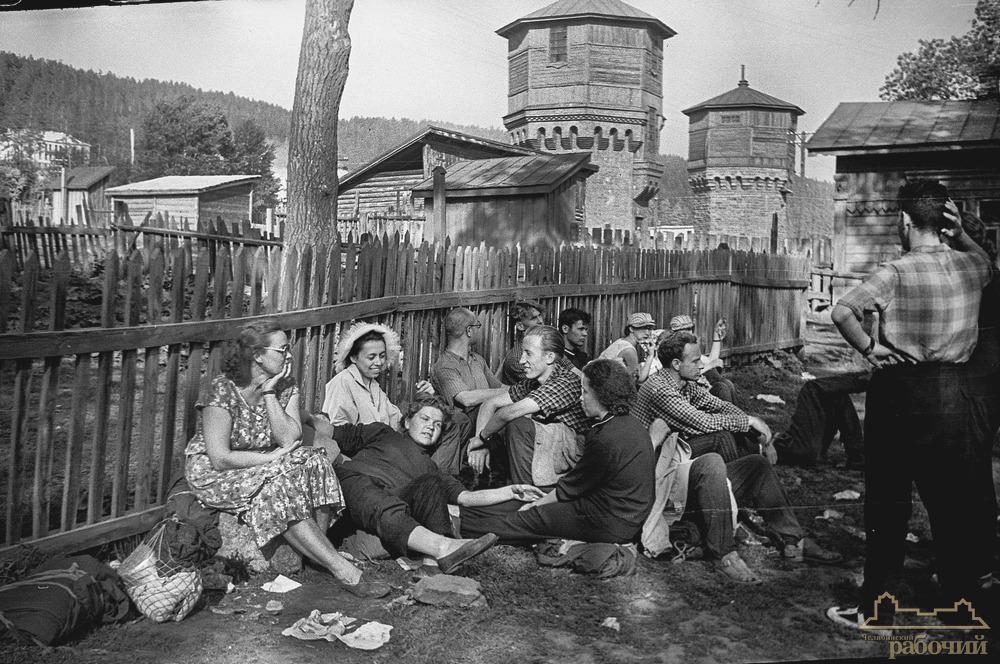 Озеро Ильменское, турбаза. Ожидание электрички на перроне станции Миасс. 1960 год