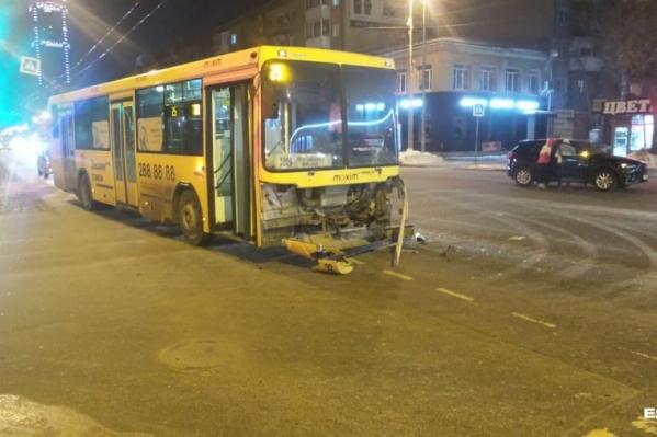 После аварии водителя автобуса отстранили от работы