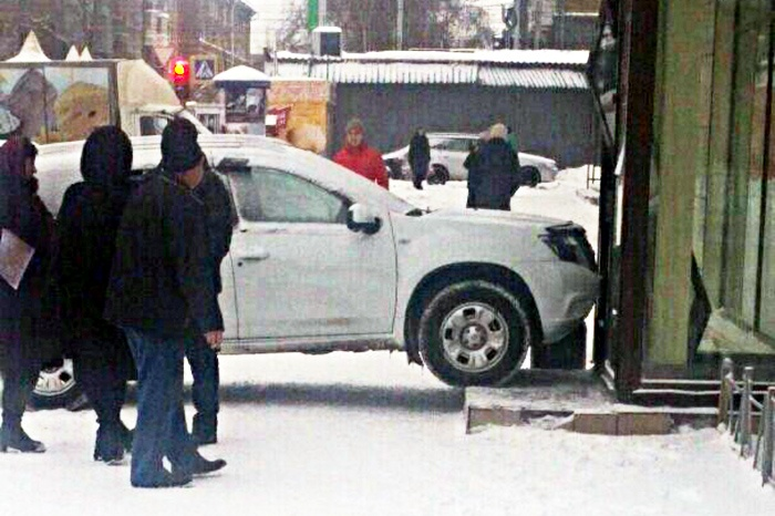 Nissan въехал в дверь банка«Левобережный»