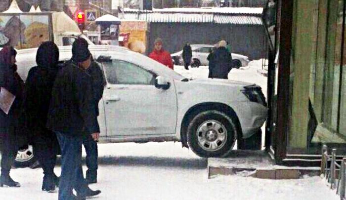 Nissan Terrano протаранил офис банка на улице Королёва