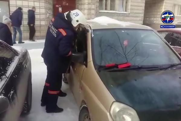 Спасатели МАСС вскрыли машину, не повредив её
