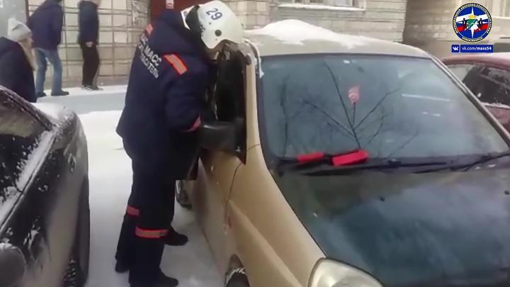 Годовалую девочку заблокировало в салоне «Мицубиси»: машину вскрыли с помощью крючка
