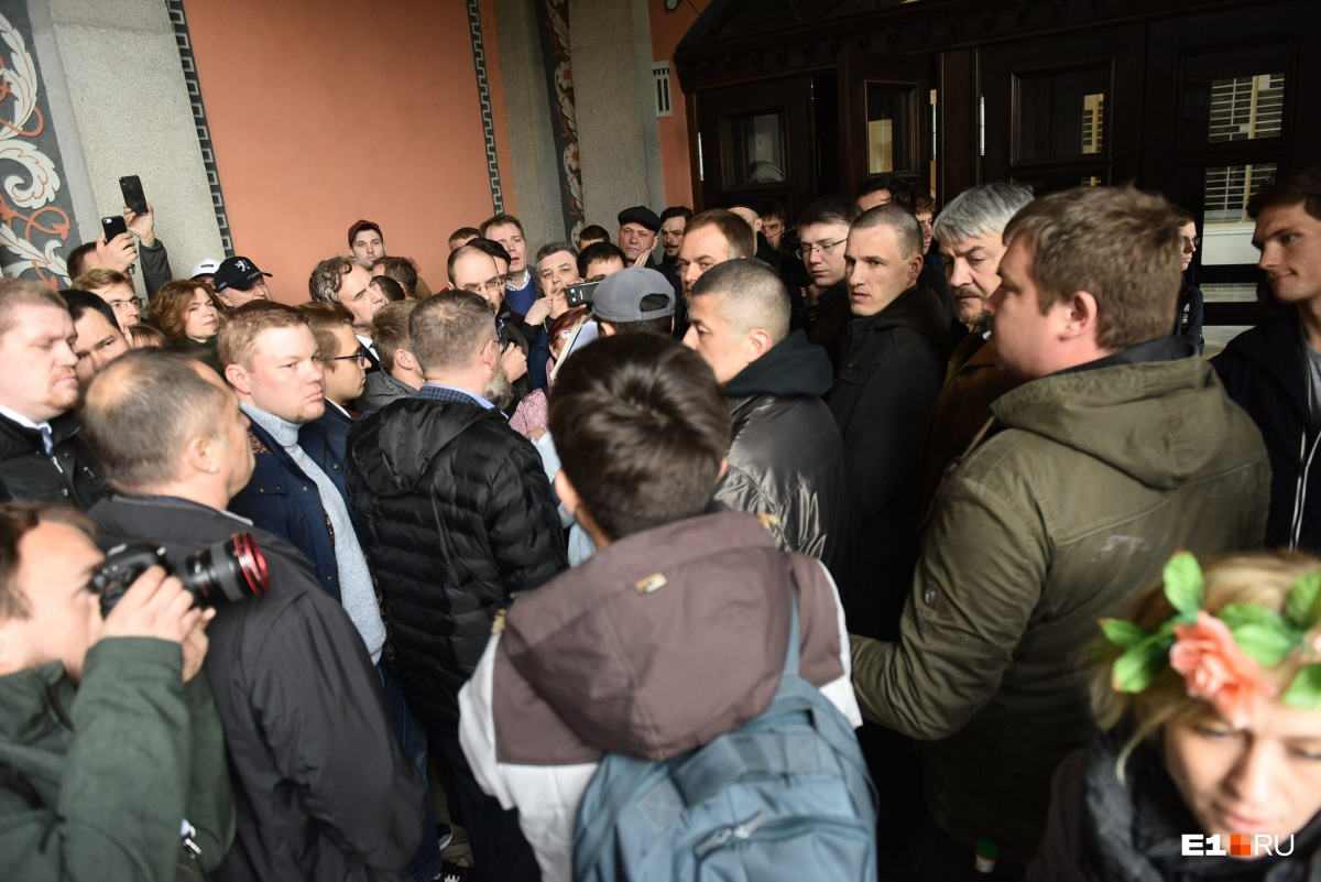 На 6-й день защитники сквера пришли на встречу с мэром