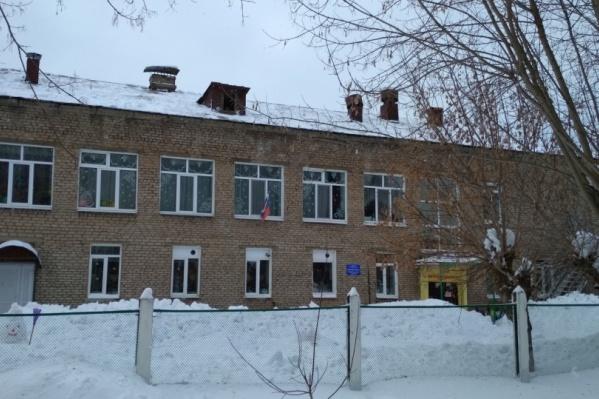 С крыши этого двухэтажного детского сада упал снег на мальчика