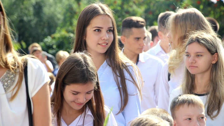 Старшеклассницы пришли на линейки в белых блузах и с яркой помадой на губах: любуемся юными омичками