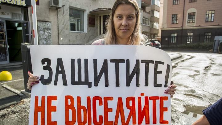 «Нас выселяют»: жители военного городка устроили пикет перед полпредством на Державина