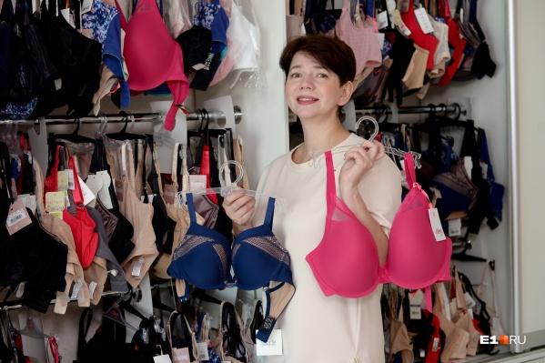Бра-фиттер Елена Минза показала, что сейчас модно носить под платьем