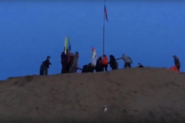 Среди флагов, которые стали убирать охранники — флаг России и герб Урдомы