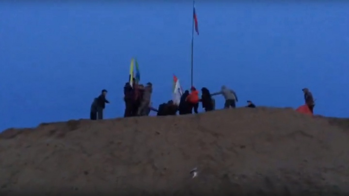«Стали срывать флаги, ломая древки»: на Шиесе произошел конфликт между охранниками и активистами