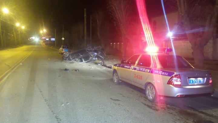 Машина пролетела около 30 метров: в Екатеринбурге Lada перевернулась на дороге, пострадал водитель