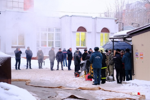 На месте ЧП работают следователи, пожарные, аварийные службы
