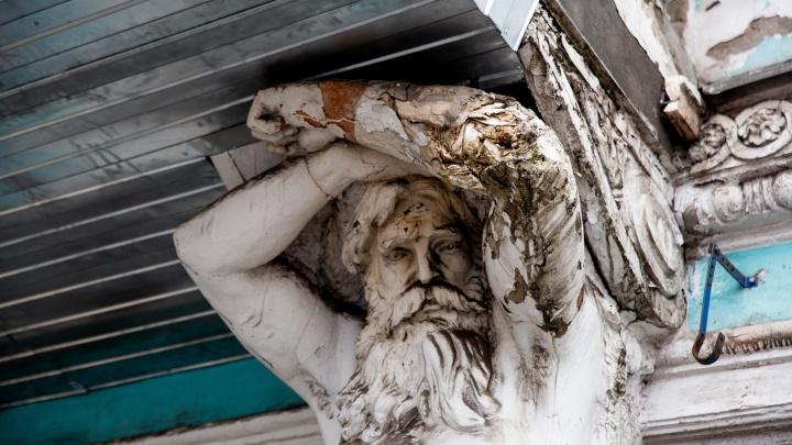 «Стоят из последних сил»: что будет с ярославскими атлантами, изуродованными металлопрофилем