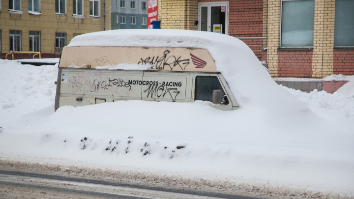 Дорожники попросили жителей Архангельска убрать машины с улицы Федора Абрамова