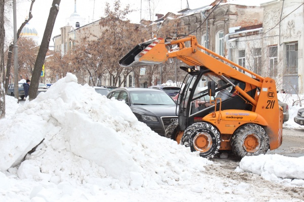 Спецтехника отвозит снег на обочину