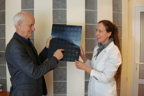 Специалист по головным болям, невролог, д. м. н. Лебедева Е. Р. с профессором Jes Olesen (Дания) во время консультации в центре «Европа-Азия» (Екатеринбург)