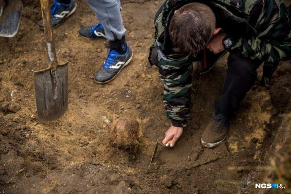 Многие захоронения нарушены, но археологам удалось найти четыре цельных