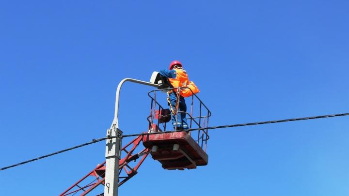На 28 улицах Омска установили новые светильники: они могут становиться ярче в дождь или туман