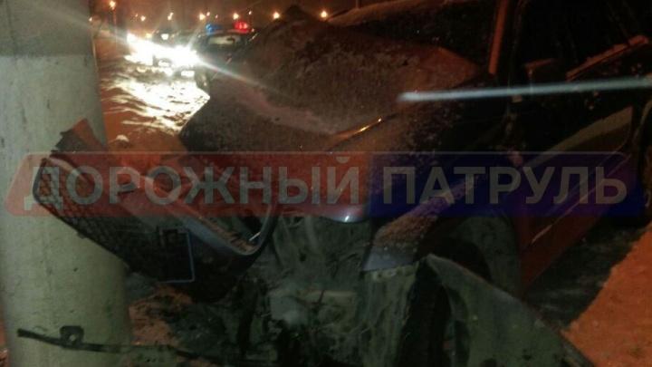 На шоссе под Уфой внедорожник Suzuki врезался в столб