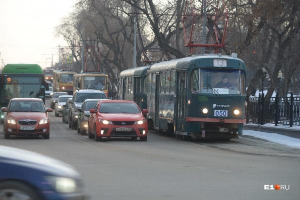 У Музкомедии образовалась небольшая пробка из трамваев