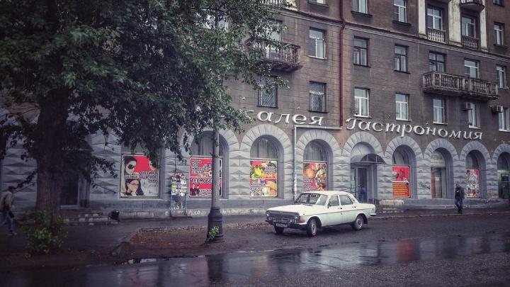 В Омске при ремонте фасада на Серова сломали 70-летнюю надпись