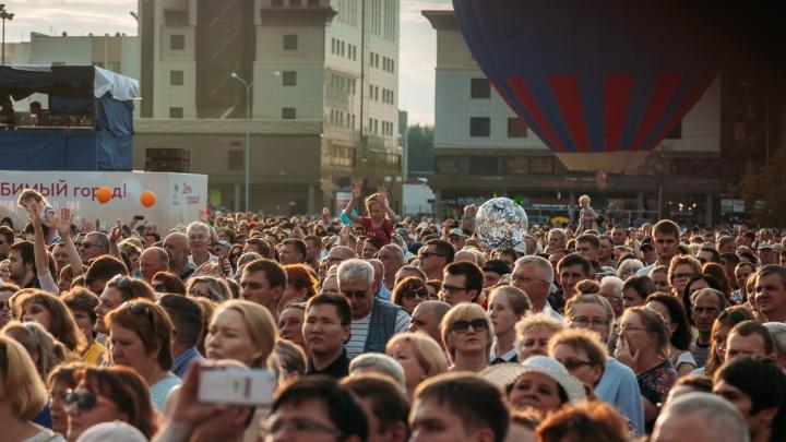 Прыжки с парашютом, толкучка на набережной и сотни селфи: День города глазами тюменцев