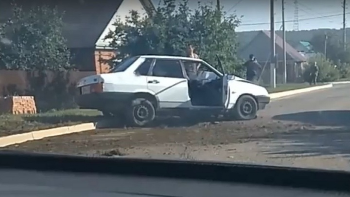 Неудачный обгон: в Башкирии водитель на ВАЗ-2199 врезался в столб