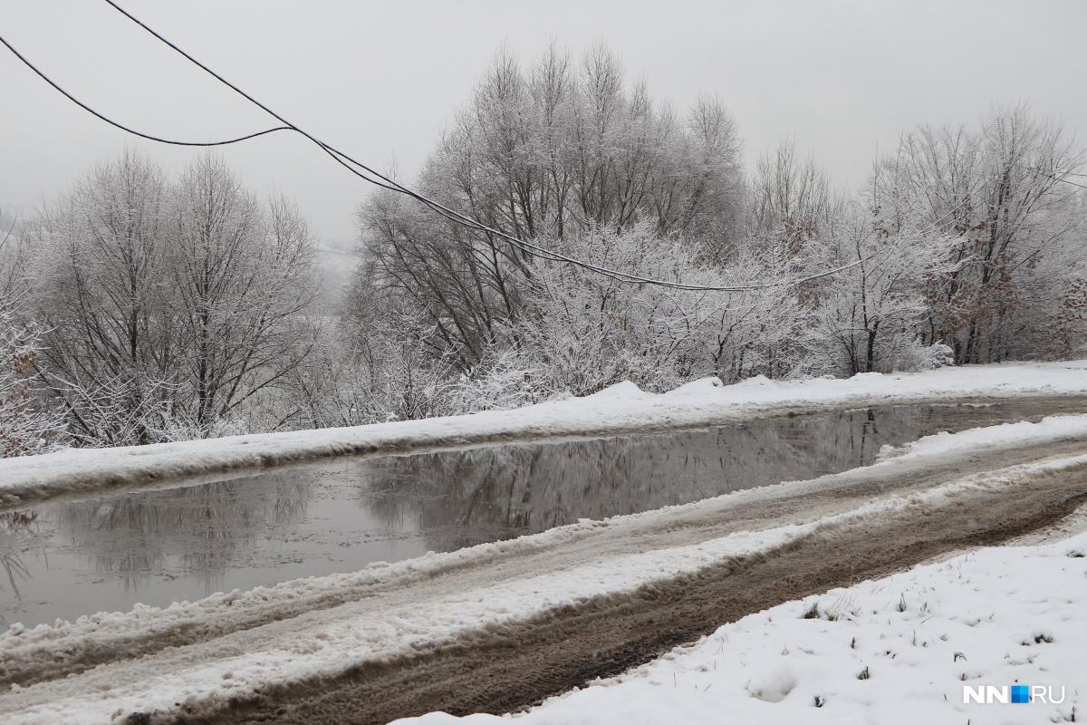 Грязный снег и талую воду с дорог просто сваливают в поле возле ЖК