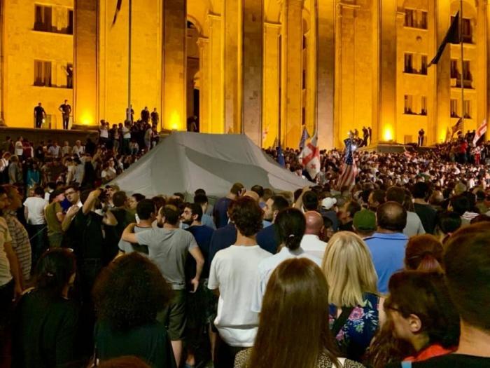 Вечером 20 июня жители Тбилиси пытались взять штурмом здание парламента
