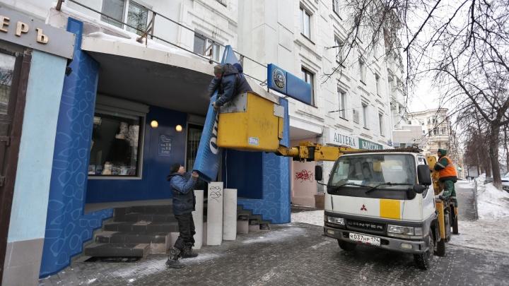 «Ускориться нужно в десятки раз»: дом напротив «Детского мира» зачистили от броских вывесок